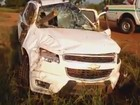 Pedaço de madeira atravessa carro e casal escapa apenas com arranhões