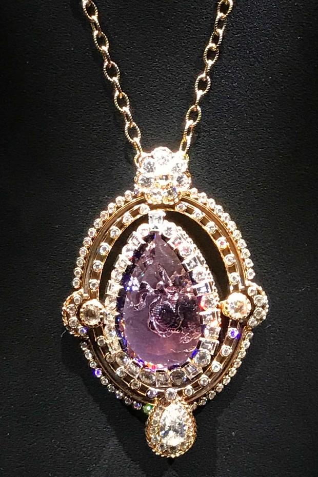 A rare tanzanite pendant by Dior, designed by Victoire de Castellane (Foto: DIOR)
