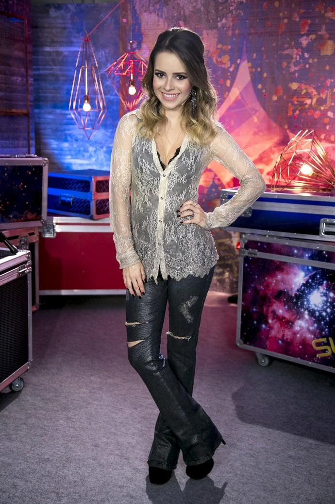 Sandy usa blusa rendada transparente (Foto: Isabella Pinheiro/Gshow)