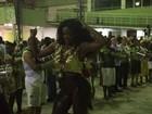 Cris Vianna, de calça justinha, arrasa em noite de samba no Rio