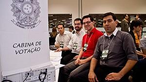 Equipe da UnB, da direita para a es onderda: Marcelo Karam, Filipe Scarel, Diego Aranha e André de Miranda (Foto: Emília Silberstein/UnB)