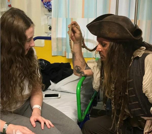 O ator Johnny Depp com uma garota internada em um hospital de Londres (Foto: Twitter)