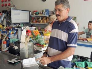 José Erivan mostra fichas para controle de pagamentos no comércio em Lagoa de Velhos (Foto: Fred Carvalho/G1)