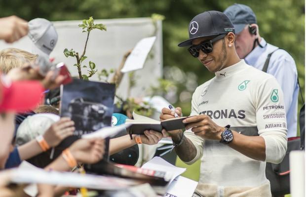 Lewis Hamilton distribui autógrafos no Festival de Velocidade de Goodwood de 2016, na Inglaterra (Foto: Divulgação)
