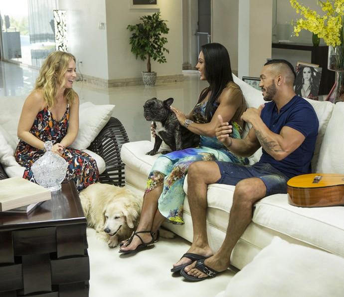 Gracyanne e Belo batem papo com Angélica na companhia dos cães do casal (Foto: Felipe Monteiro/Gshow)