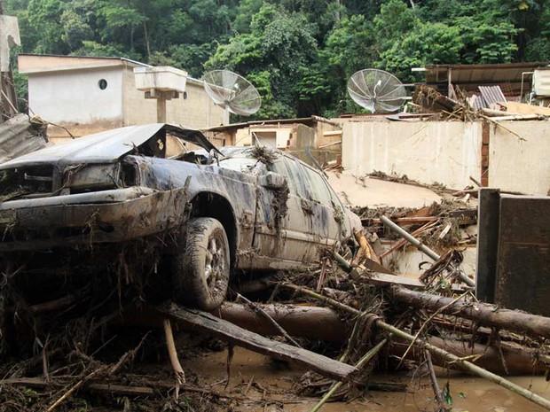 Carros ficaram soterrados em deslizamento no Vale do Cuiabá, em Itaipava, distrito de Petrópolis, na Região Serrana do Rio (Foto: Matheus Quintal/ Prefeitura de Petrópolis)