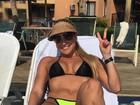 Ana de Biase relaxa de biquíni e ostenta curvas de dar inveja
