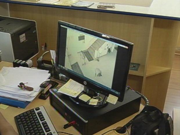 Imagens de câmera de segurança mostram momento em que a mulher encontrou o dinheiro (Foto: Reprodução/TV TEM)