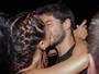 Sabrina Sato e Duda Nagle trocam beijão em aniversário de amigo