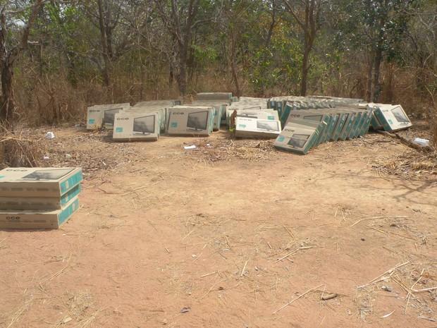 Carga de televisores foi encontrada em matagal próximo à TO-070 (Foto: Perícia Criminal de Alvorada)