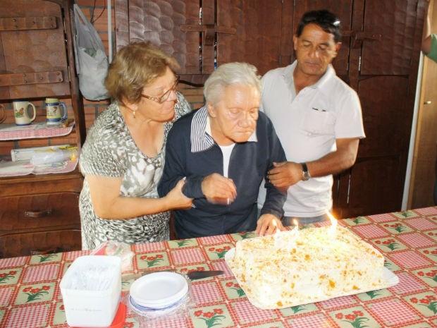 Maria completou 82 anos na terça-feira (7). Na foto, ela com Fernando e a filha (Foto: Arquivo pessoal)