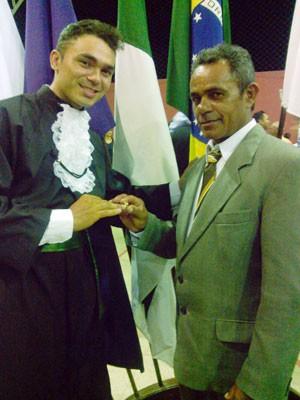 José Orlando entrega anel ao filho Cleidson durante formatura em Pau dos Ferros, RN (Foto: Jordana Marina)