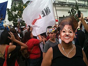 Mascarados realizam protesto no Recife (Foto: Alexandre Morais / G1)