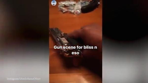 O ator australiano Johann Ofner com uma arma instantes antes de morrer (Foto: Instagram)