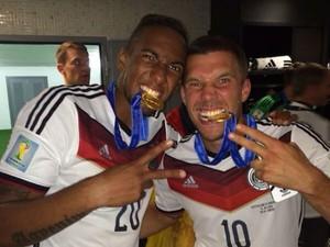 Boateng e Götze comemoram título e mordem as medalhas de campeão (Foto: Reprodução/Instagram)
