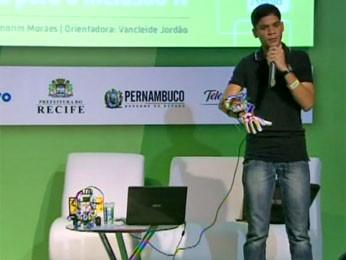 Pedro Jorge apresenta a luva-robô (Foto: Reprodução/TV Globo)