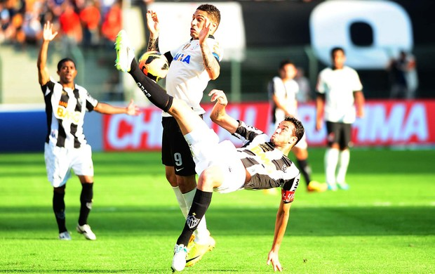 Rever e Guerrero, Corinthians x Atlético-MG (Foto: Marcos Ribolli)