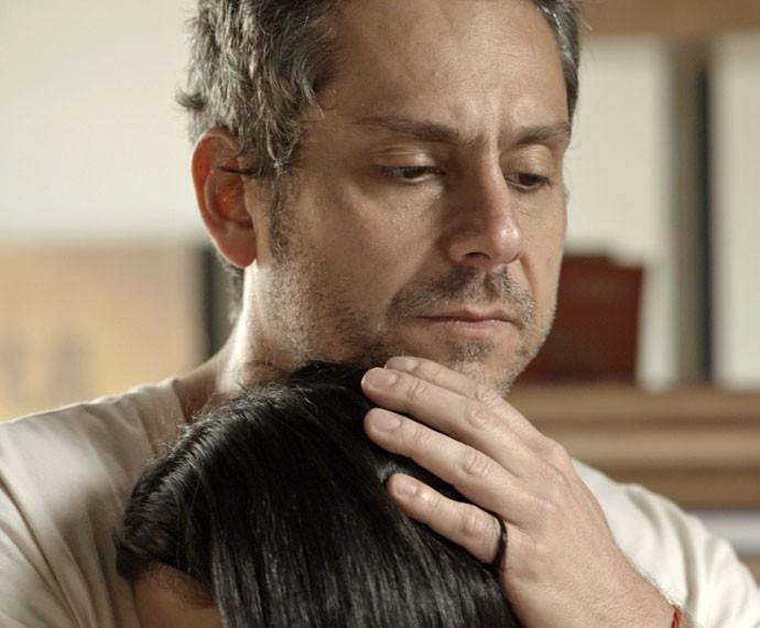 Romero consola Tóia após dizer que Juliano pertence a facção (Foto: TV Globo)