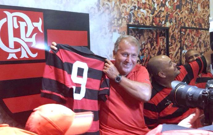 Lançamento da camisa retrô que representa o primeiro uniforme do Zico no  Flamengo (Foto  b16ba6f21ee26