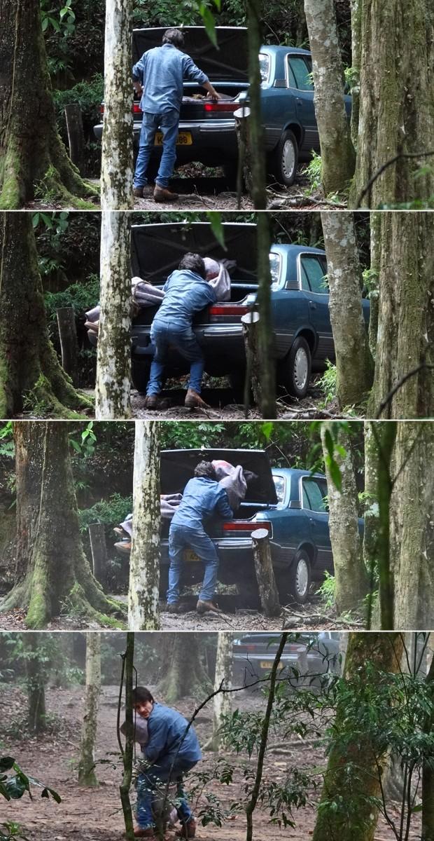 Laerte leva o corpo de Virgílio para o meio do mato (Foto: Em Família/ TV Globo)