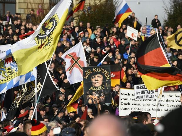 Manifestantes protestam contra a entrada de imigrantes na Europa em Dresden, Alemanha, neste sábado (6) (Foto: TOBIAS SCHWARZ / AFP)