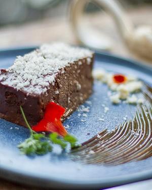 Mousse de chocolate amargo com castanha-do-pará e sorvete de doce de leite (Foto: Rafael Wainberg/Divulgação)