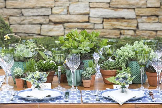 Arranjos de suculentas alegram decoraç u00e3o de mesa Casa Vogue Vamos Receber -> Enfeites De Mesa Para Casamento Com Suculentas