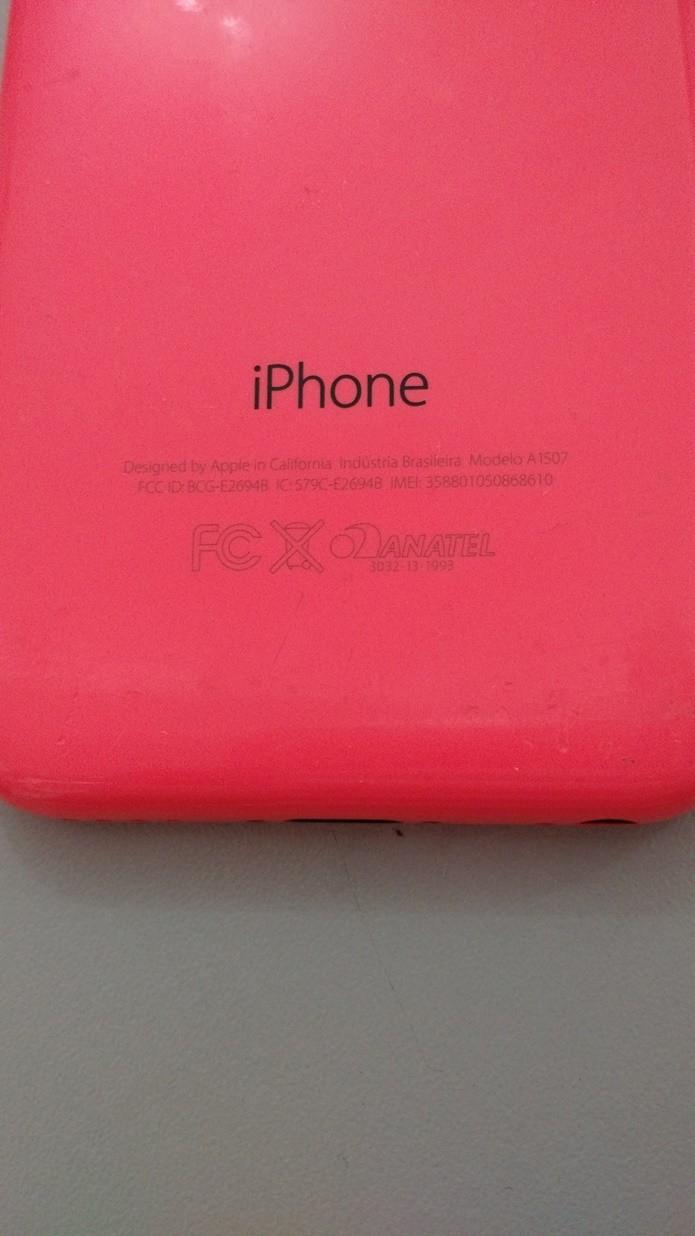 Confira na traseira o IMEI e o número do modelo do iPhone 5C (Foto: Felipe Alencar/TechTudo)