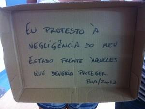 Frase do cartaz pedia atenção dos governantes do RS (Foto: Luiza Carneiro/ G1)