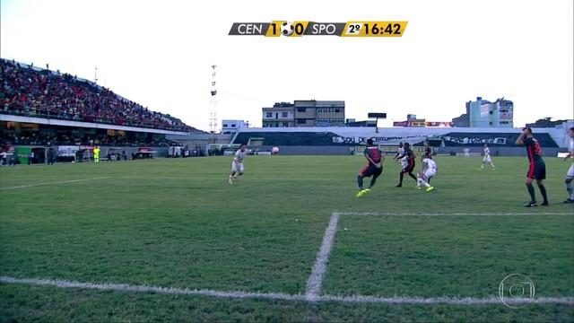 <p>  Charles levanta pra área, zaga desvia e bola sobra pra Leandro Costa chutar forte. Magrão faz grande defesa e manda pra escanteio.</p>