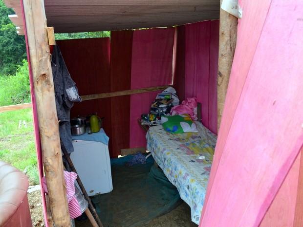 Homem mora com esposa em barraco com uma cama e fogão em Piracicaba (Foto: Fernanda Zanetti/G1)