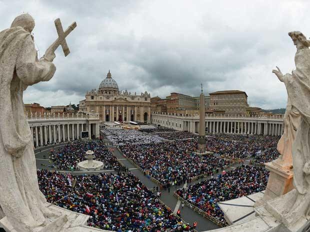 Milhares de fiéis acompanharam cerimônia na Praça São Pedro. (Foto: Vincenzo Pinto / AFP Photo)