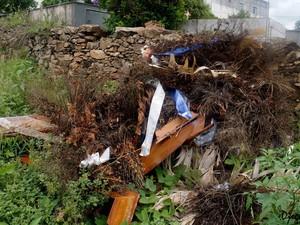 Entulho dentro do cemitério incomoda moradores  (Foto: Diego Henrique/Divulgação)