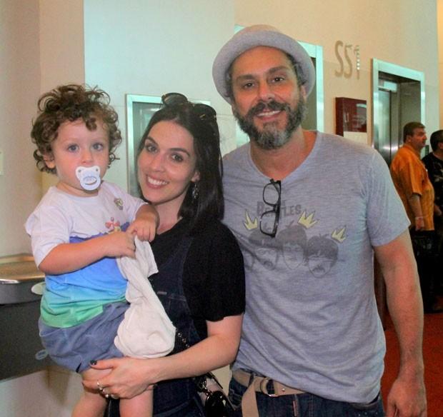Noá com os pais Karen Brustolin e Alexandre Nero (Foto: AgNews / Daniel Delmiro)