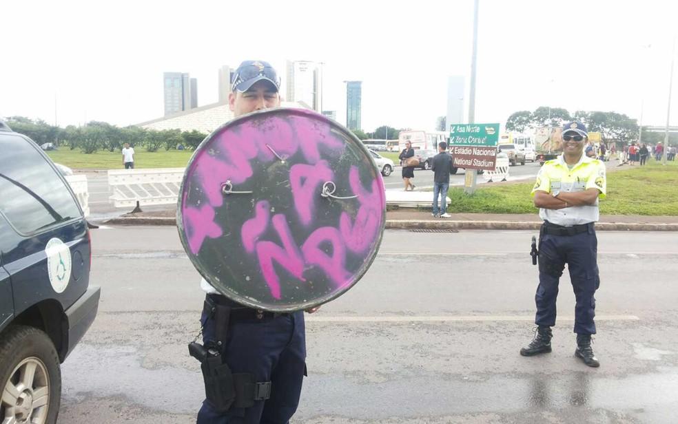 Escudo com a mensagem '+ amor, ñ à PEC' apreendido com manifestantes contrários à PEC do teto dos gastos em Brasília (Foto: Polícia Militar/Divulgação)