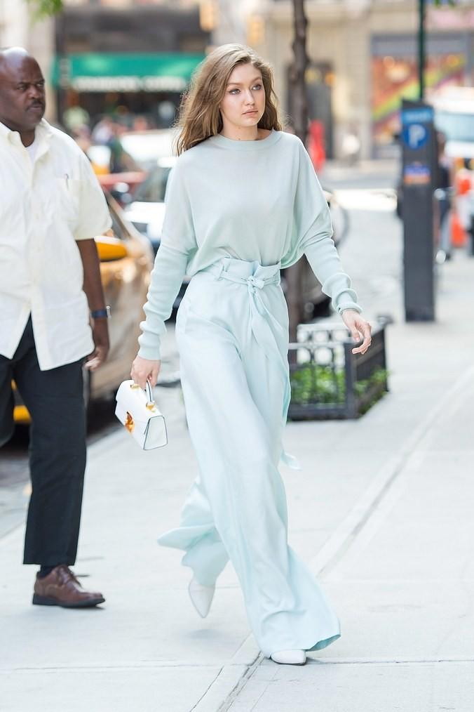 Gigi Hadid com bolsa Stalvey (Foto: Getty Images)