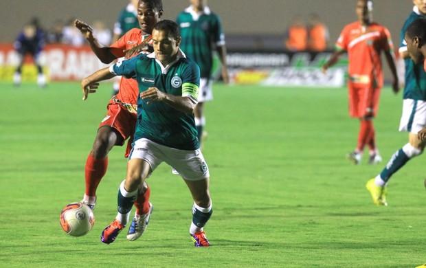 Goiás x Salgueiro lance do jogo (Foto: Renato Conde/O Popular)