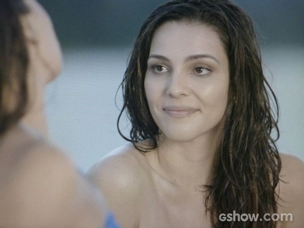 Marina curte um dia de praia com Clara e fica bem à vontade (Foto: Em Família/TV Globo)