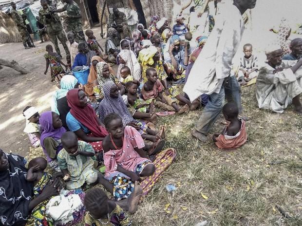 Mais de 300 mulheres e crianças, que estavam sob poder do Boko Haram, foram resgatadas por uma ação do exército nigeriano (Foto: Nigerian Army / AFP)