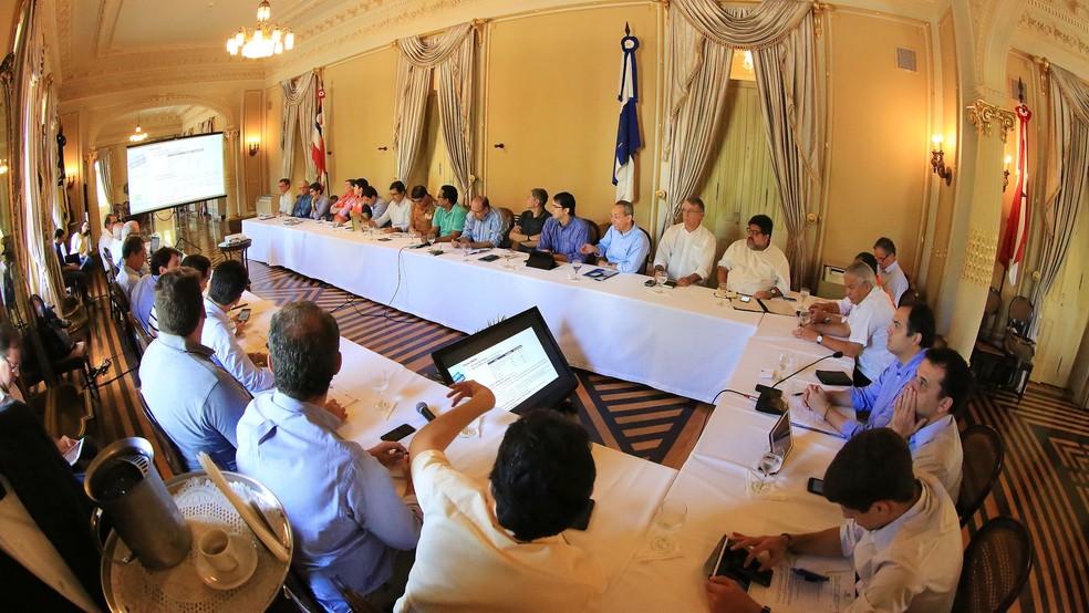 Governador Paulo Câmara se reuniu neste sábado (10) com coordenadores de escritórios municipais montados para coordenar ações de apoio às vítimas das chuvas (Foto: Roberto Pereira/SEI/Divulgação)