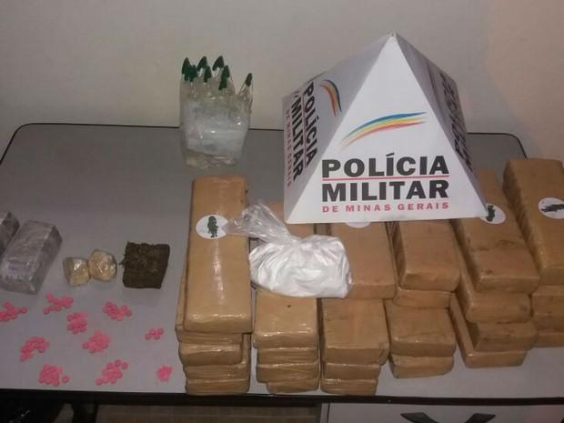 PM encontrou drogas em casa que funcionava como depósito em Muriaé (Foto: Polícia Militar/Divulgação)