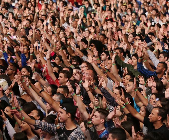 O cantor gospel enfrentou uma fila de fãs que queriam tirar fotos  (Foto: Carol Caminha / Gshow)