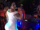 Mulher Melancia capricha no rebolado de vestidinho branco em show