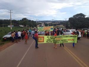 Manifestantes pró-Dilma interditam a rodovia federal BR-163, no município de Santarém.  (Foto: Adonias Silva/G1)