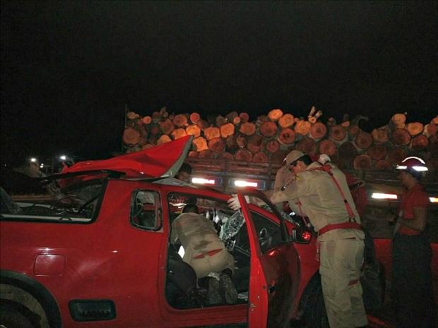 Acidente ocorreu na noite desta sexta-feira (12) (Foto: Divulgação/Corpo de Bombeiros)