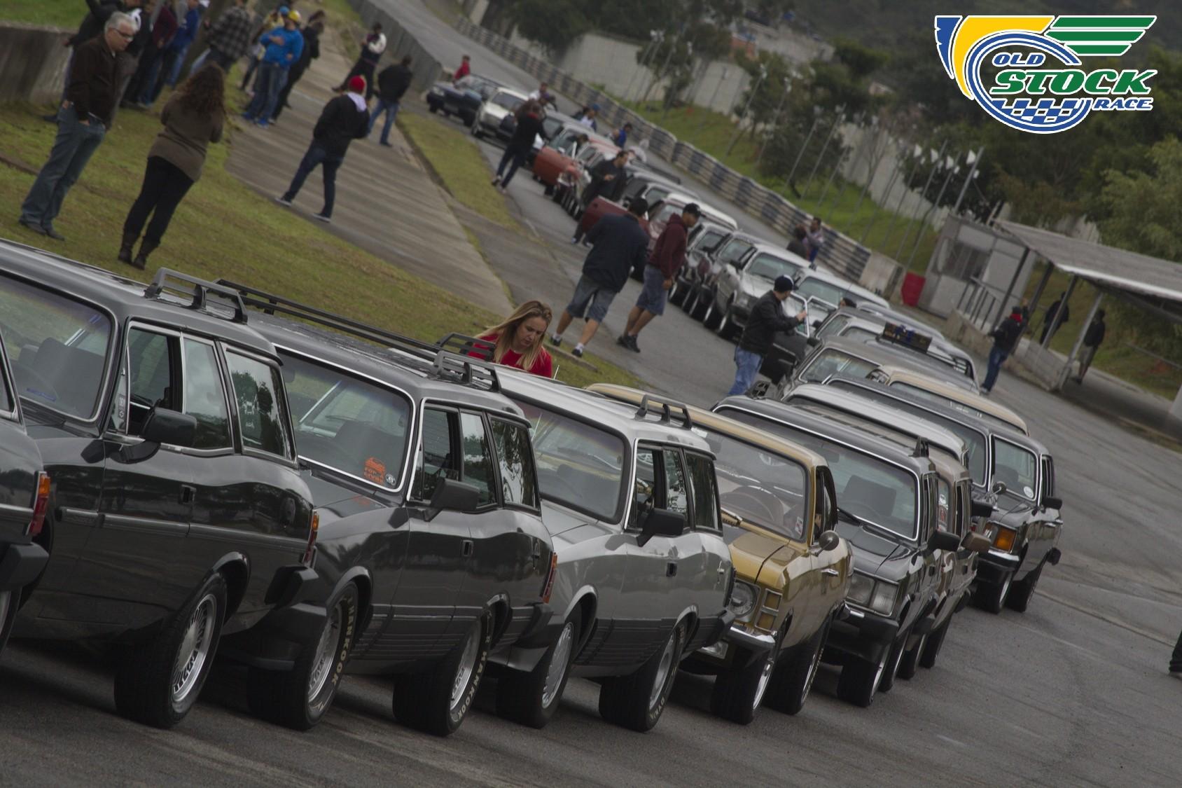 Os Opalas e Caravan enfileirados para o desfile na pista de Interlagos antes das provas de domingo (Foto: Barbara Bonfin/OSR)