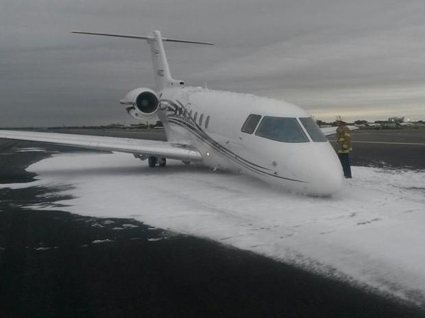 Avião fez pouso de emergência no Aeroporto Internacional da Philadelphia (Foto: Reprodução/Twitter/Joe Sullivan)