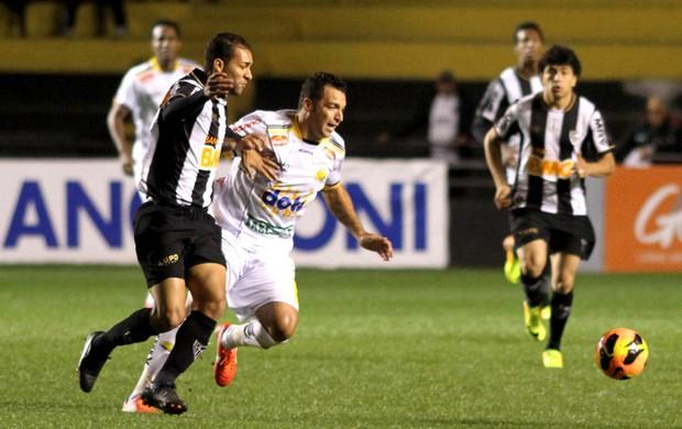 Daniel Carvalho e Pierre Criciúma e Atlético-mg (Foto: Fernando Ribeiro / Futura Press)