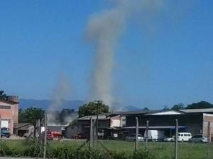 Bombeiros foram chamados pouco antes das 9h desta quarta (Foto: Sara Kirchhof/RBS TV)
