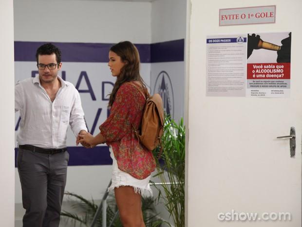 Felipe (Thiago Mendonça) busca apoio em Luiza (Bruna Marquezine) (Foto: Carol Caminha/TV Globo)